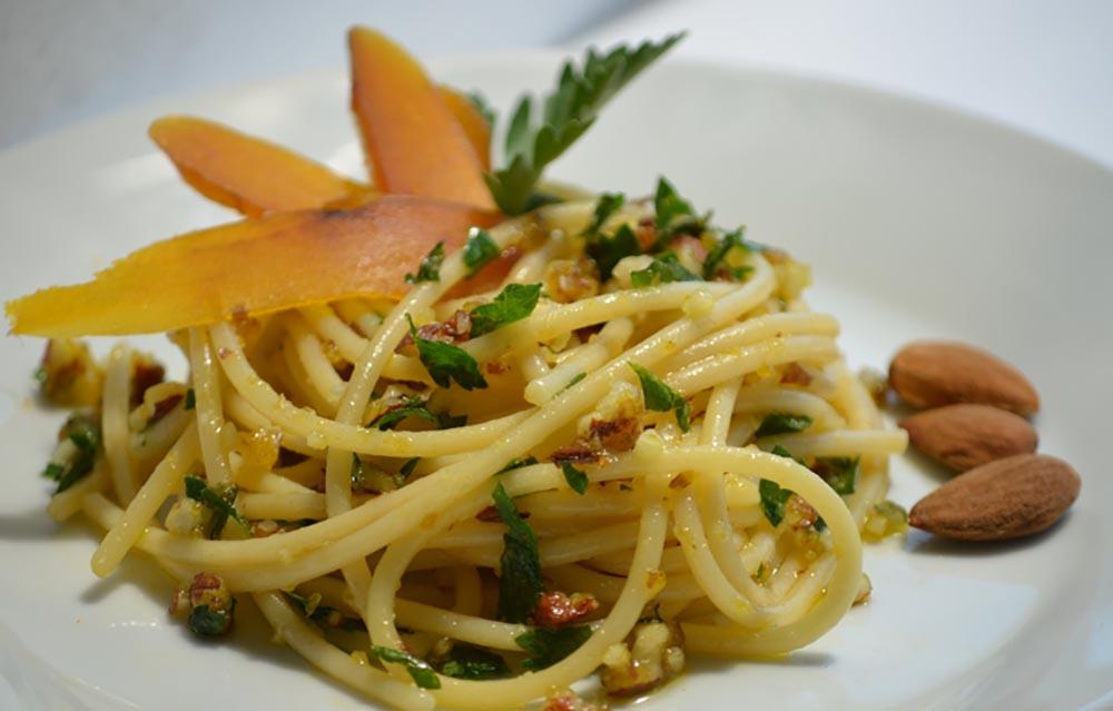 Spaghetti con bottarga e mandorle